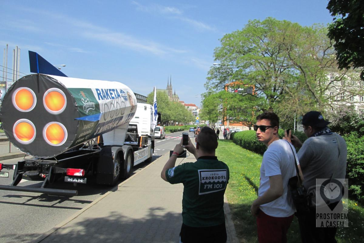 Je to tak. Tenhle kamion budil všeobecnou pozornost. Včetně zástupců médií.